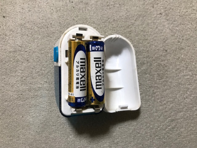 ダイソーの毛玉取りの電池装着写真